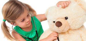 niña cuidando peluche