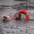 una chica se tira a un lago congelado para salvar a un perro