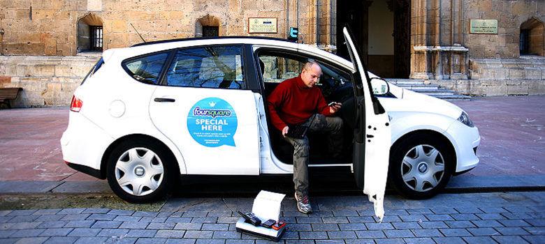 taxista que promueve la adopción de perros