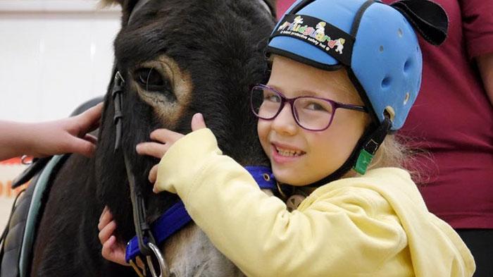 el burro que salvó a una niña con parálisis cerebral