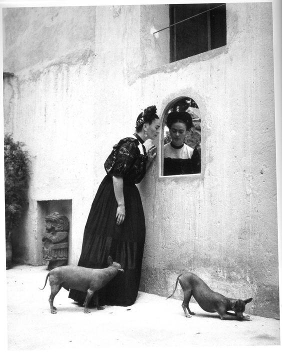 Frida Kahlo y sus Xoloitzcuintles