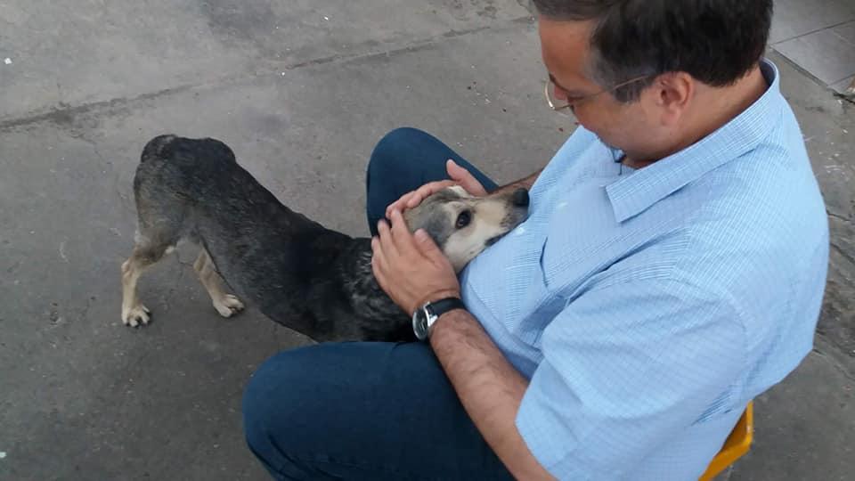 el cura con un perro