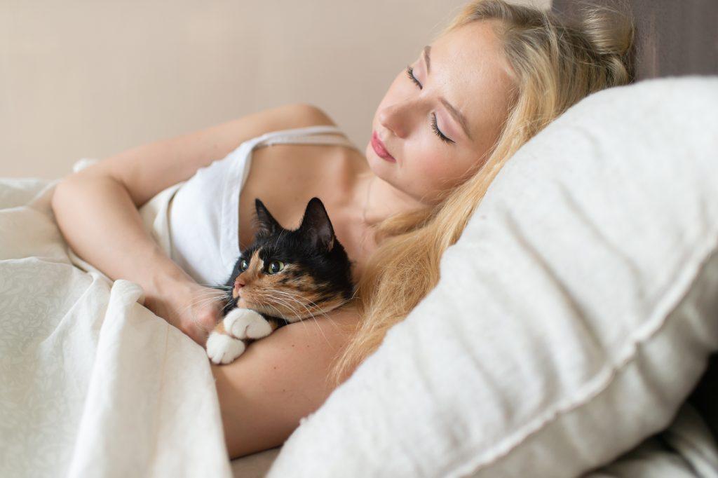 desventajas de dormir con tu mascota